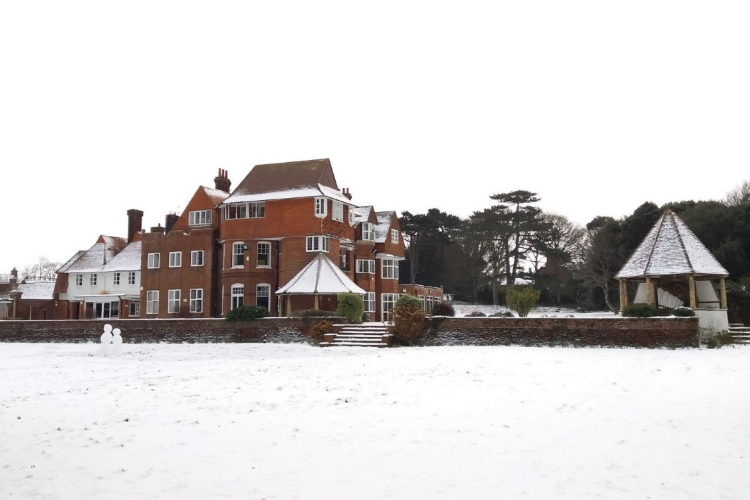 Overstrand Pleasaunce snow 750